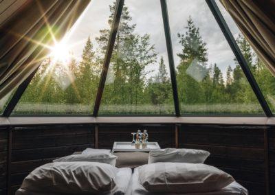 Aurora Cabin lasikattomökin ikkunanäkymä sängystä